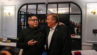 Le sosie de Kim Jong-un, Howard X, et l'imitateur de Donald Trump Russell White, donnent une conférence de presse dans un hôtel, le 25 février 2019 à Hanoï (Vietnam). (MANAN VATSYAYANA / AFP)