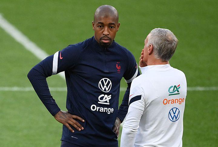 Presnel Kimpembe s'entretient avec Didier Deschamps à Kiev, le 3 septembre 2021, pendant les qualifications du mondial 2022. (FRANCK FIFE / AFP)
