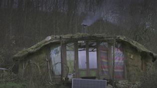 Corrèze : une famille qui vit dans une cabane dans les bois menacée d'expulsion (FRANCE 2)