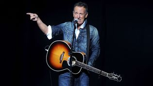 Bruce Springsteenjoue au concert de charitéStand Up For Heroes au Madison Square Gardende New York le 5 novembre 2018. (BRAD BARKET/AP/SIPA / AP)