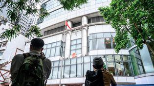 Des journalistes photographient le bureau chinois de défense de la sécurité nationale à Hong Kong, le 8 juillet 2020. (ANTHONY WALLACE / AFP)