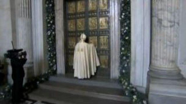 """Le pape François lance le """"jubilé de la miséricorde"""" en poussant la lourde porte en bronze du Vatican"""