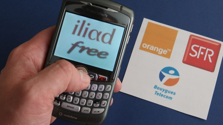 Orange, SFR et Bouygues proposent un engagement dans la durée de 12 ou 24 mois, en échange du subventionnement du téléphone portable choisi. (JEAN-FRANCOIS FREY / L'ALSACE / MAXPPP)