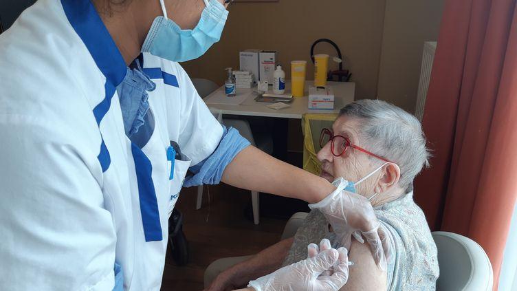 Ismat Siddique, l'infirmière de l'Ehpad Korian les Saules de Guyancourt (Yvelines) injecte une dose de rappel du vaccin Covid à une résidente, le 10 septembre 2021. (SOLENNE LE HEN / RADIO FRANCE)