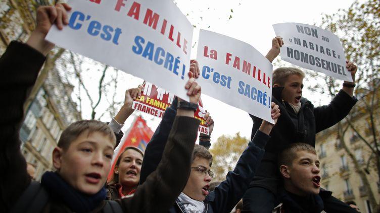 Des opposants au mariage des homosexuels, lors d'une manifestation à Paris, le 18 novembre 2012. (CHRISTIAN HARTMANN / REUTERS)