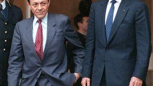 Michel Rocard et Jacques Chirac, à la sortie de Matignon, le 10 mai 1988. (JOEL ROBINE / AFP)