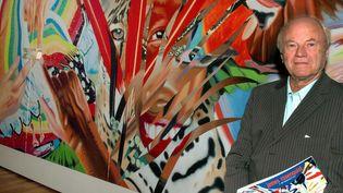 """James Rosenquist devant une de ses oeuvres, """"Brazil"""", exposée à Wolfsburg en Allemagne en février 2005  (Wolfgang Weihs / EPA / Newscom / MaxPPP)"""
