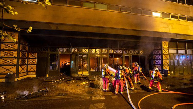 Les pompiers tentent d'éteindre le feu rue Gabriel-Péri, à Levallois Perret. (M.LOUKACHINE / POMPIERS DE PARIS)