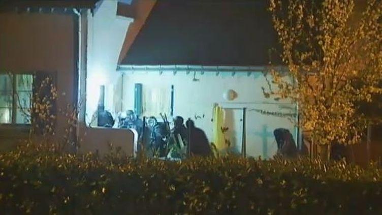 La police intervient dans la banlieue de Nantes (Loire-Atlantique), le 30 mars 2012, dans le cadre d'une opération contre des islamistes radicaux. (FTVI / FRANCE 2)