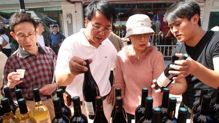 Des visiteurs chinois devant un stand de vins français,le 10 octobre 2008, àla 7e French Week de Shanghaï (Chine). (Shanghai Daily / Imaginechina )