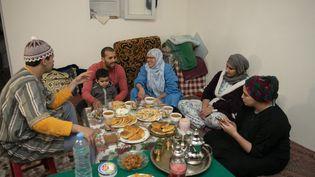 Rupture du jeûne dans une famille marocaine de Rabat en avril 2020. (JALAL MORCHIDI / ANADOLU AGENCY)