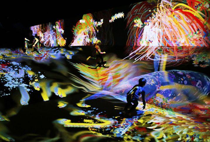 """Vue de l'exposition """"teamLab : Au-delà des limites"""", 2018, Grande Halle de la Villette, Paris  (teamLab)"""