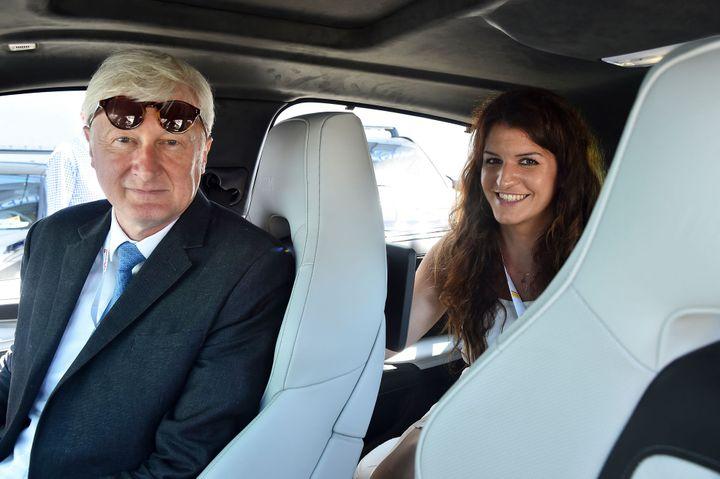 """Avec le président du conseil départemental de la Sarthe, Dominique Le Mèner, lors des """"24 heures du Mans"""", le 17 juin 2017. (JEAN-FRANCOIS MONIER / AFP)"""