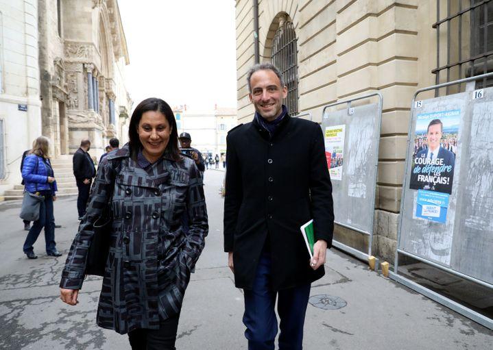 Nora Mebarek et Raphaël Glucksmann dans les rues d'Arles (Bouches-du-Rhône), le 17 mai 2019. (MAXPPP)