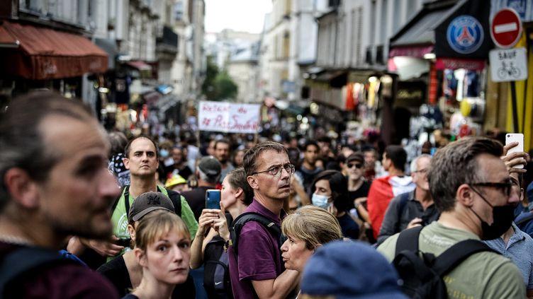Une manifestation contre le pass sanitaire, à Paris, le 25 septembre 2021. (KATIA ZHDANOVA / HANS LUCAS / AFP)