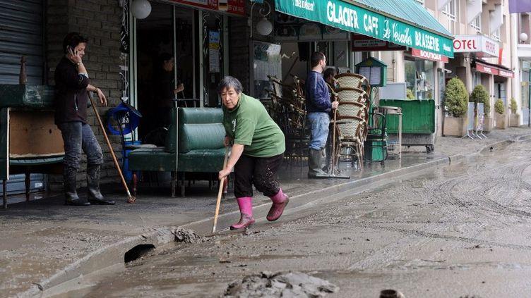 Le nettoyage des rues a débuté dimanche à Lourdes (Hautes-Pyrénées), après des inondations qui ont frappé la ville. (REMY GABALDA / AFP)