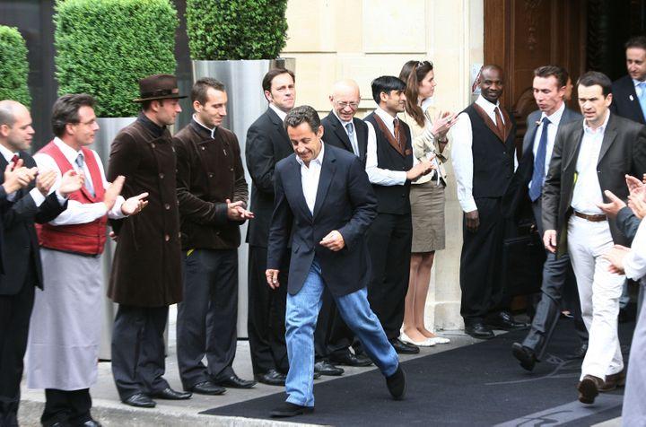 Nicolas Sarkozy quitte le Fouquet's le 7 mai 2007 à Paris, au lendemain de sa victoire à l'élection présidentielle. (THOMAS COEX/AFP)