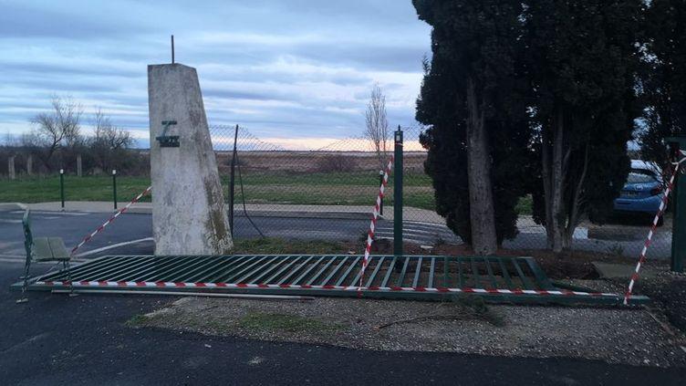 Le portail qui mesure 5 mètres de long et pèse environ 500 kilos est sorti de son rail et est tombé sur l'enfant. (Stéfane Pocher / Radio France)