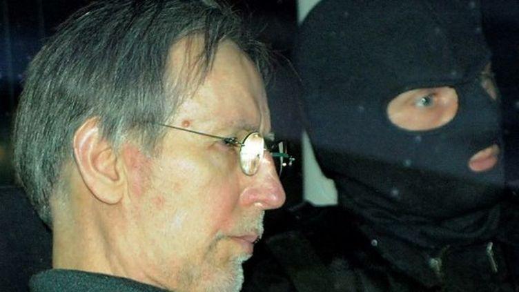 Michel Fourniret, le 13 mai 2008, quitte les assises de Charleville-Mézières dans une voiture de police. (BENOIT DOPPAGNE / BELGA)
