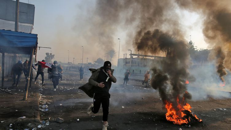 Un manifestant antigouvernementallors desaffrontements avec les forces de sécurité sur la place Tayaran, à l'est de la place Tahrir,à Bagdad (Irak), le 20 janvier 2020. (AHMAD AL-RUBAYE / AFP)