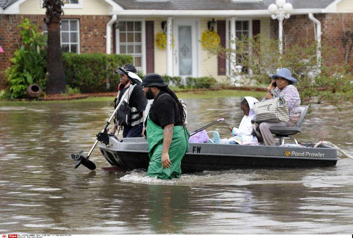 Des volontaires viennent en aide aux familles piégées à Baton Rouge, le 13 août 2016. (JOHN OUBRE / SIPA)
