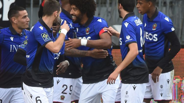 Rony Lopes félicité par ses coéquipiers niçois (JEAN-FRANCOIS MONIER / AFP)