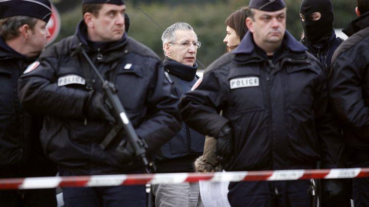 Le tueur en série Michel Fourniret, lors de la reconstitution du viol et du meurtre de Natacha Danais, à Rezé (Loire-Atlantique), le 15 mars 2006. (FRED DUFOUR / AFP)