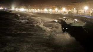 La ville de Nice (Alpes-Maritimes) subit la tempête Alex, le 2 octobre 2020. (VALERY HACHE / AFP)