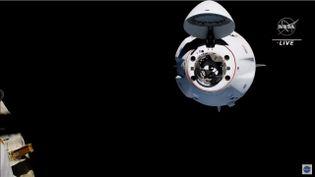 """La capsule """"Crew Dragon"""" transportant Thomas Pesquet et ses trois coéquipiers s'approche de la Station spatiale internationale, le 24 avril 2021. (NASA / YOUTUBE)"""