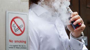 Un homme fume une cigarette électronique à Londres (Royaume-Uni), le 9 août 2017. (TOLGA AKMEN / AFP)
