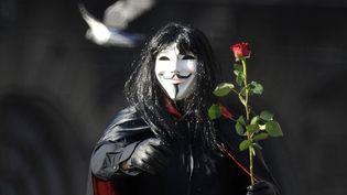 """C'est dans une bande-dessinée de 1990 qu'apparait pour la première fois la figure particulière d'un vengeur masqué qui se fait appeler """"V"""". (ALEXEY KUDENKO / RIA NOVOSTI / AFP)"""