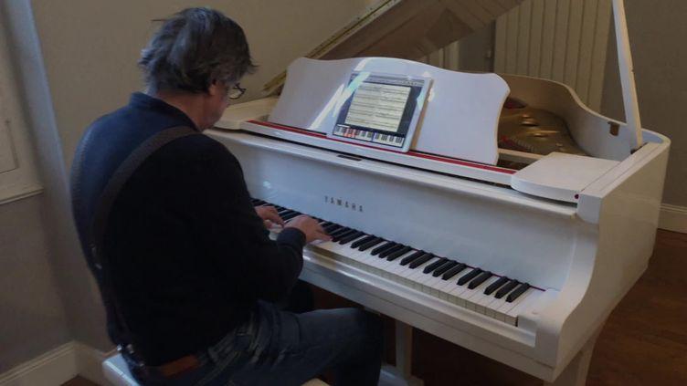 Dominique Billet enseigne ses leçons de piano à distance grâce à son application web. (FRANCEINFO)