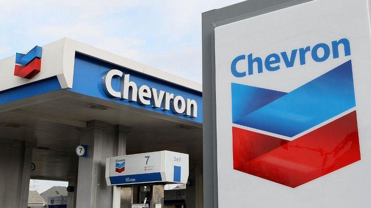"""Trois ONG poursuivent le pétrolier Chevron pour """"greenwashing"""". (JUSTIN SULLIVAN / GETTY IMAGES NORTH AMERICA / AFP)"""