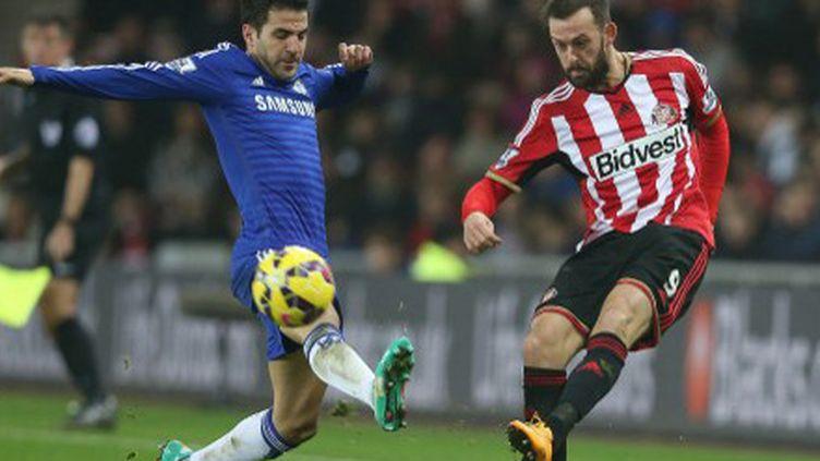 Le milieu offensif de Chelsea Cesc Fabregas, face au joueur de Sunderland, Steve Fletcher (IAN MACNICOL / AFP)