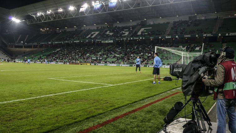 Le stade Geoffroy-Guichard pendant un match de l'ASSE. (JEAN-PHILIPPE KSIAZEK / AFP)