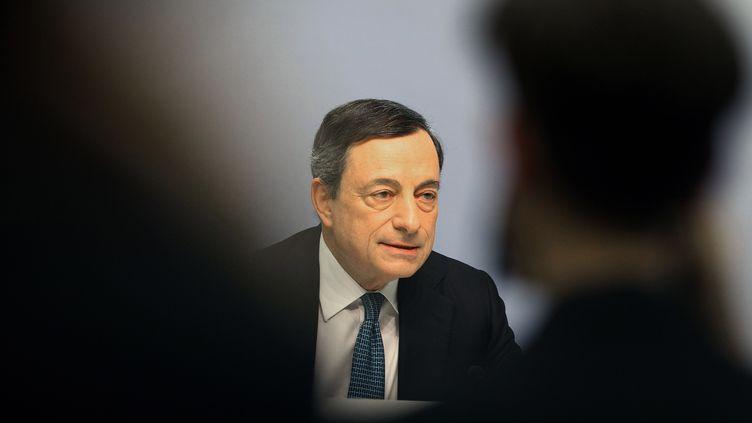 Le président de la Banque Centrale Européenne (BCE) Mario Draghi fait une conférence de presse pour détailler ses mesures pour relancer l'économie, le 10 mars 2016. (DANIEL ROLAND / AFP)