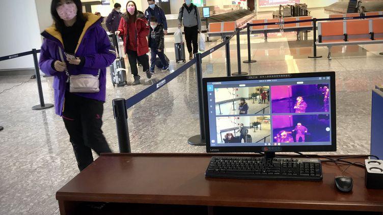Un scanner thermique à l'aéroport de Tianhe à Wuhan en Chine, le 23 janvier 2020 (photo d'illustration). (LEO RAMIREZ / AFP)