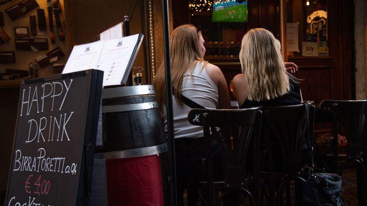 Des touristes à Rome regardent un match de l'Euro de football dans un pub, le 2 juillet 2021. (MAURIZIO BRAMBATTI / ANSA)