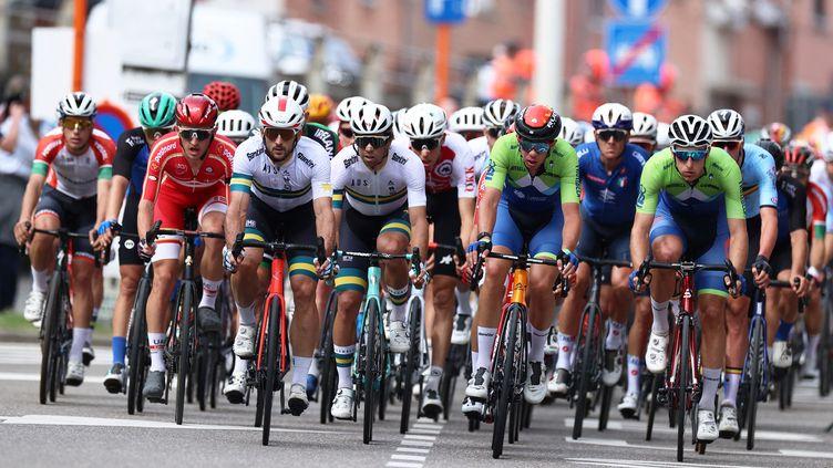 Le peloton lors des championnats du monde de cylisme sur route en Belgique, le 26 septembre 2021. (KENZO TRIBOUILLARD / AFP)
