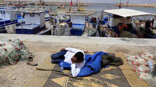 Un migrant se repose (le 16 juin 2015) après avoir été secouru en Méditerranée au large des côtes du sud de la Tunisie. (ANIS MILI / X02858)