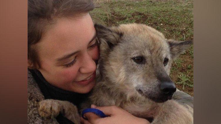 """Photo postée sur le groupe Facebook """"recerche Marlin""""des retrouvailles entre Amelia et sa chienne, le 4 avril. (CAPTURE D'ÉCRAN)"""