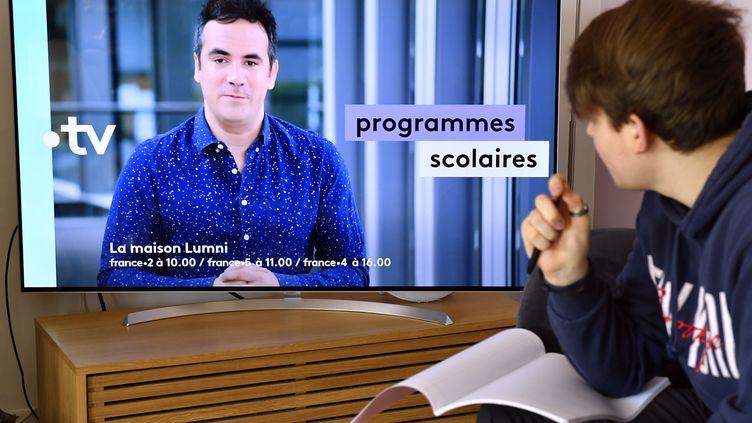 """Un adolescent de 14 ans regarde """"La maison Lumni"""" sur France 4, pendant le premier confinement, le 24 mars 2020 à Nancy (Lorraine). (MAXPPP)"""