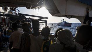 Des migrants sont secourus au large de la Libye, le 29 août 2020. (THOMAS LOHNES / AFP)