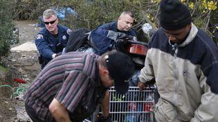 """Les policiers vident un campement de sans-abri connu sous le nom """"La Jungle"""" à San José, Californie le 4 décembre 2014 (BECK DIEFENBACH / REUTERS  )"""