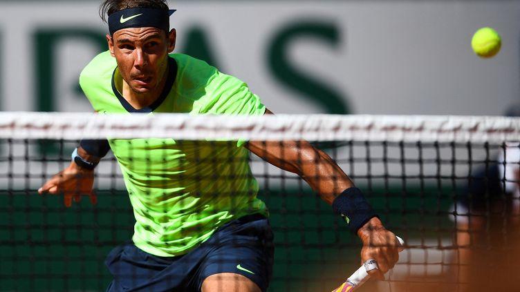 Rafael Nadal s'est appliqué pour ses débuts à Roland-Garros 2021 mardi 1er juin. (CHRISTOPHE ARCHAMBAULT / AFP)