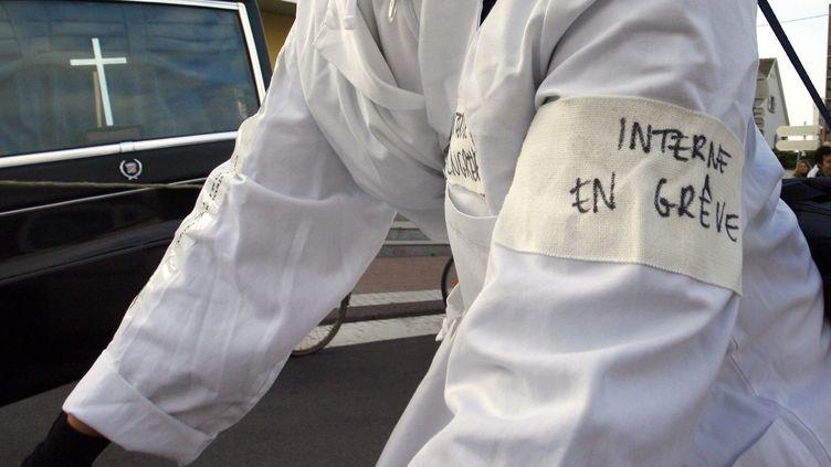 Des internes en médecine en grève, le 22 octobre 2007, àLingolsheim, dans le Bas-Rhin. (OLIVIER MORIN / AFP)