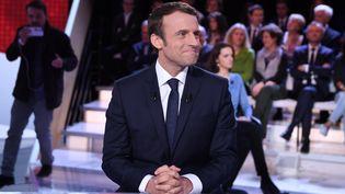 """Emmanuel Macron sur le plateau de """"L'Emission politique"""" de France 2, le 6 avril 2017. (ERIC FEFERBERG / AFP)"""