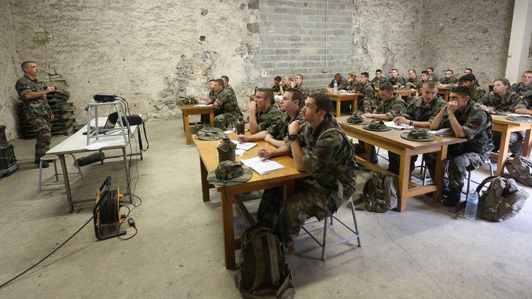 (Formation des réservistes sur le terrain militaire à Montmorillon dans la Vienne © MaxPPP)