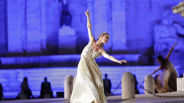 L'étoile italiennede l'Opéra de Paris Eleonora Abbagnato danse ici à Rome, le 13 septembre non dans un ballet mais lors de la présentation de la collection de mode printemps-été 2021-2022 de Laura Biagiotti. (ANDREW MEDICHINI/AP/SIPA / SIPA)