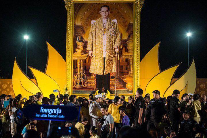 Le 5 décembre 2015, les Thaïlandais fêtaient le 88e anniversaire du roi. Affiches et photos du souverain sont omniprésentes dans le pays. Les remarques considérées comme insultantes sont sévèrement punies. (GUILLAUME PAYEN / ANADOLU AGENCY / AFP)